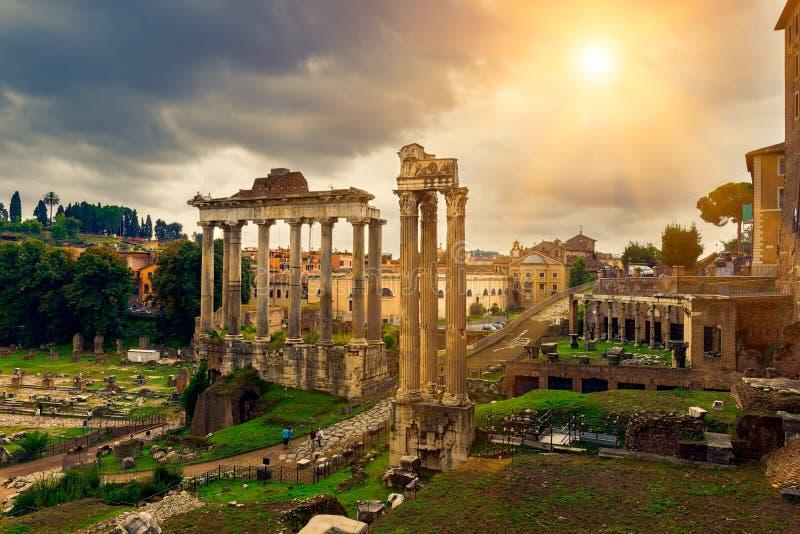 Tempel von Saturn und von Forum Romanum in Rom stockbild