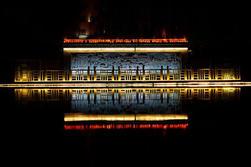 Tempelbezinning over de rivier stock afbeeldingen