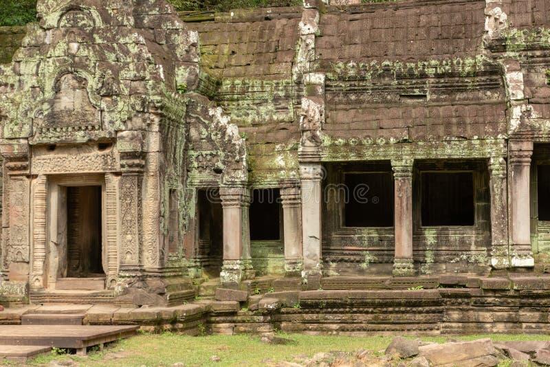 Tempelcolonnade met korstmos door deuropening wordt behandeld die royalty-vrije stock afbeelding
