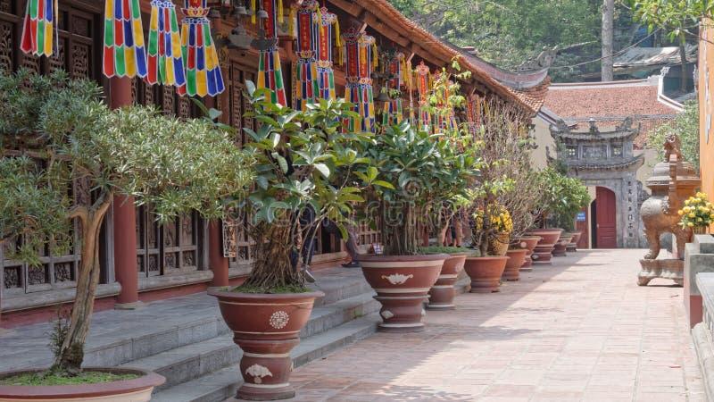 Tempeldetalj från doftpagod i Vietnam arkivfoton