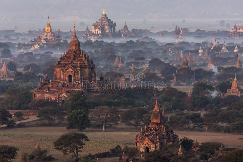 Gry över tempelen av Bagan - Myanmar arkivfoton