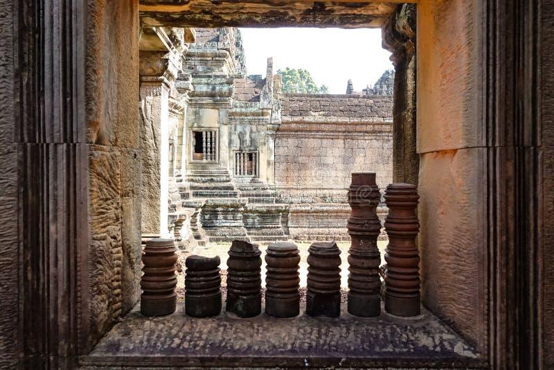 Tempelfönstervägg av den Bayon templet på Angkor Thom royaltyfria foton