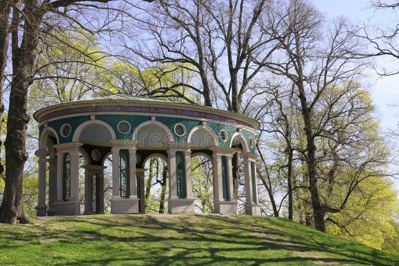 Tempelgebäude im Park stockbild