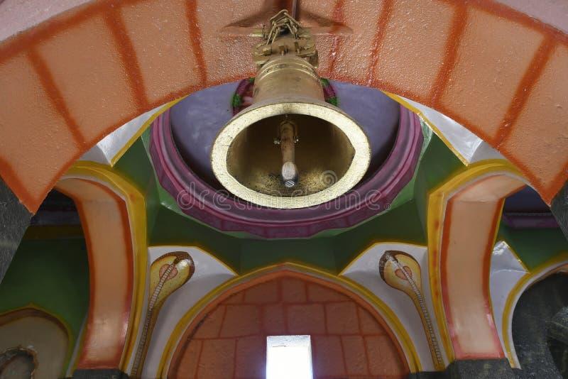 Tempelklocka på den väl målade valvgångingången på den Bhairavnath templet, Saswad, Pune arkivfoto