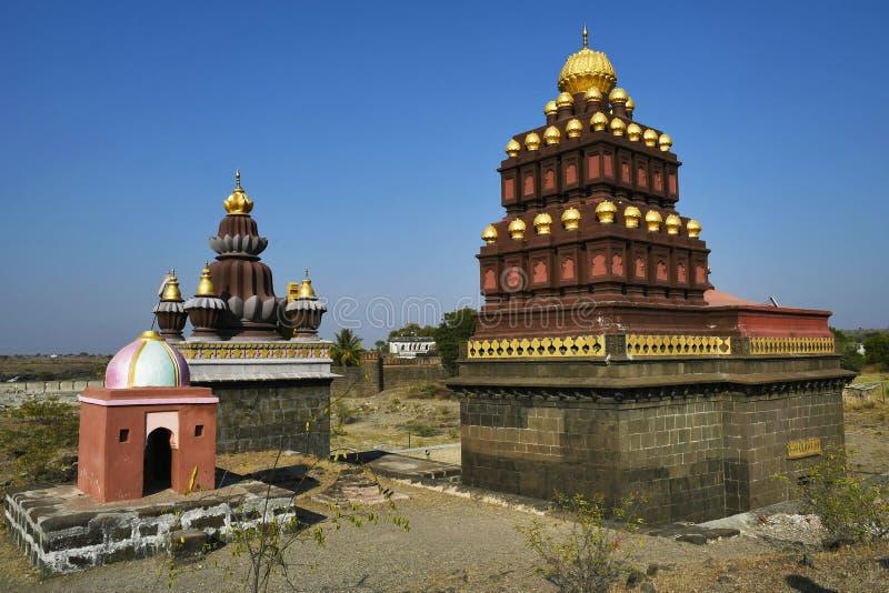 Tempelkomplex Shiva und Ganesh auf der anderen Seite von Fluss gegenüber von Vitthal-Tempel, Palashi, Parner, Ahmednagar lizenzfreie stockfotos