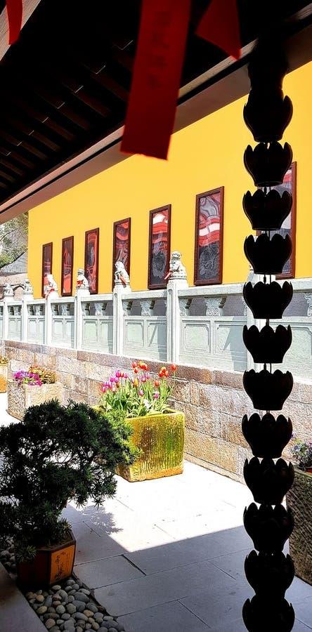 Tempelkorridoren med härligt stenar lejonstatyn royaltyfri foto
