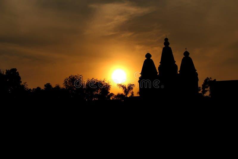 Tempelkupolkontur med solnedgång, Tulapur, Maharashtra arkivbild