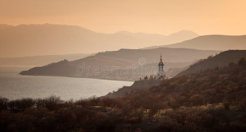 Tempelleuchtturm auf der Küste lizenzfreie stockfotos