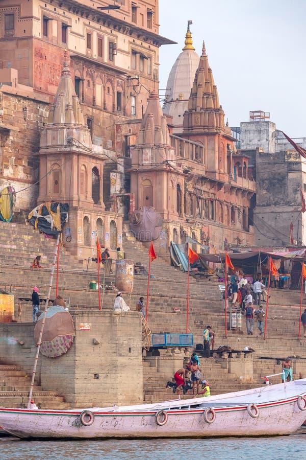 Tempels en paleizen op ghats bij de rivier van Ganges, Varanasi stock foto
