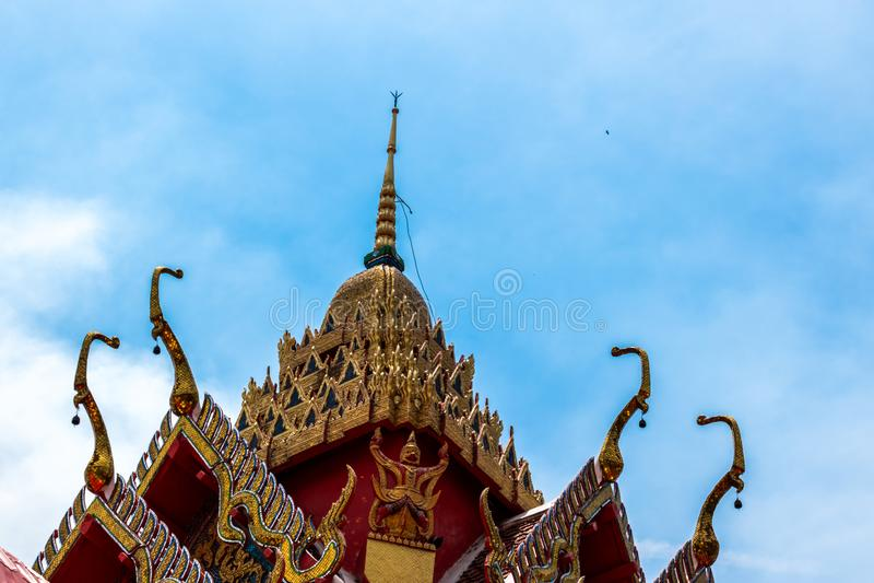 Tempeltak Arkitektonisk detalj p? taket av den thail?ndska templet H?rlig arkitektur i forntida buddistisk tempel royaltyfri bild