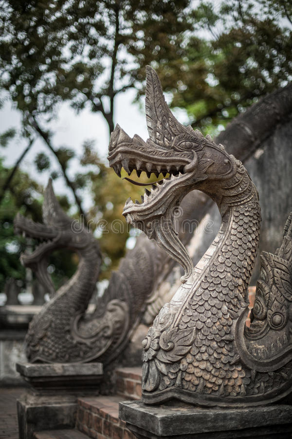 Tempeltrappräcke av den stora ormen - Luang Prabang, Laos royaltyfri foto