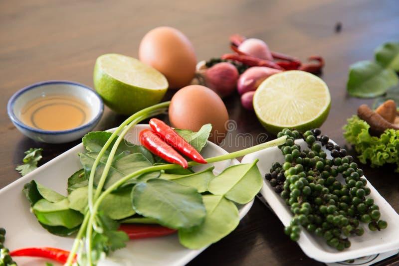 Tempera o alimento tailandês na tabela imagens de stock royalty free