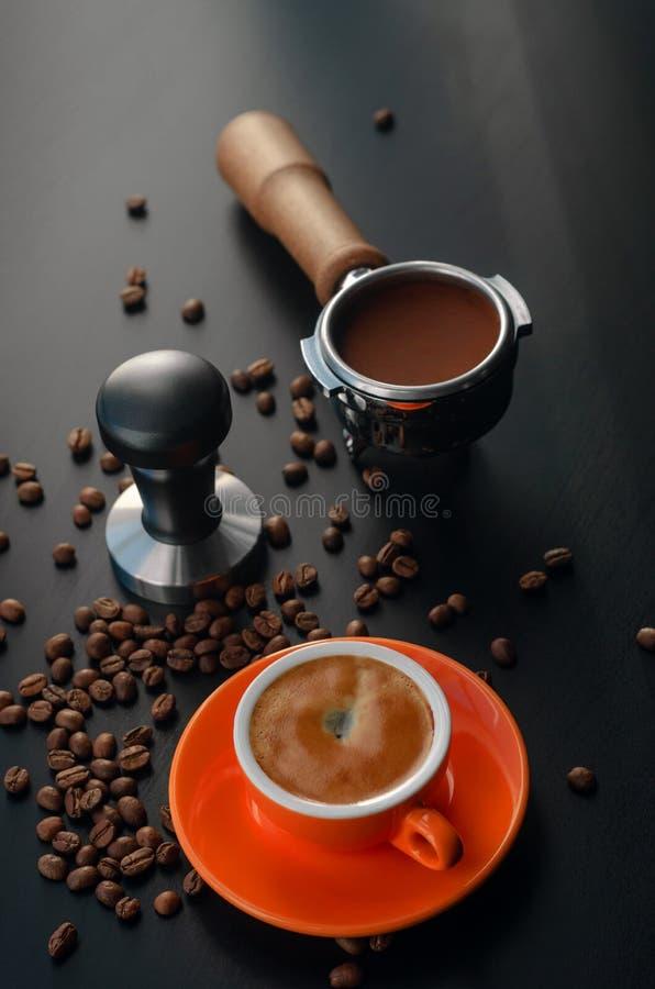 Tempera, support, et tasse orange de barman avec l'expresso ?quipement pour faire le caf? fra?chement pr?par? images libres de droits