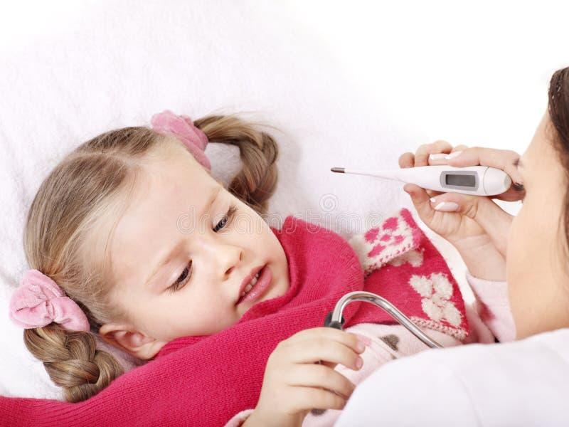 temperatur för barndoktorstake royaltyfria foton