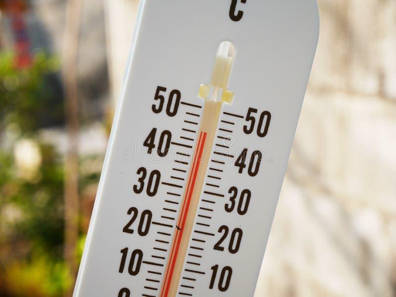 Temperatur för Closeuptermometervisning i celsiusa grader arkivbilder