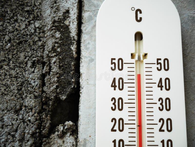 Temperatur för Closeuptermometervisning i celsiusa grader royaltyfria bilder