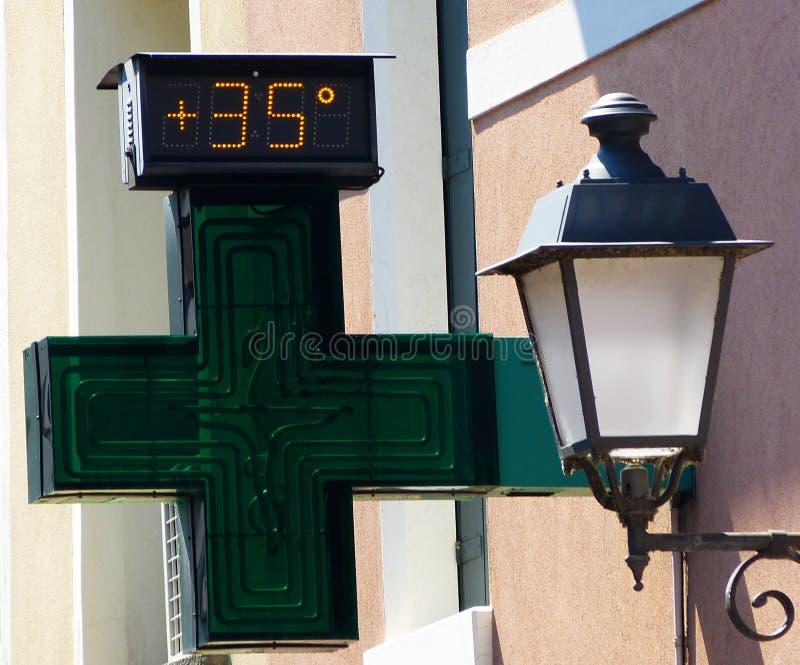 Temperatura caliente, termómetro en calor del verano en la ciudad imagen de archivo