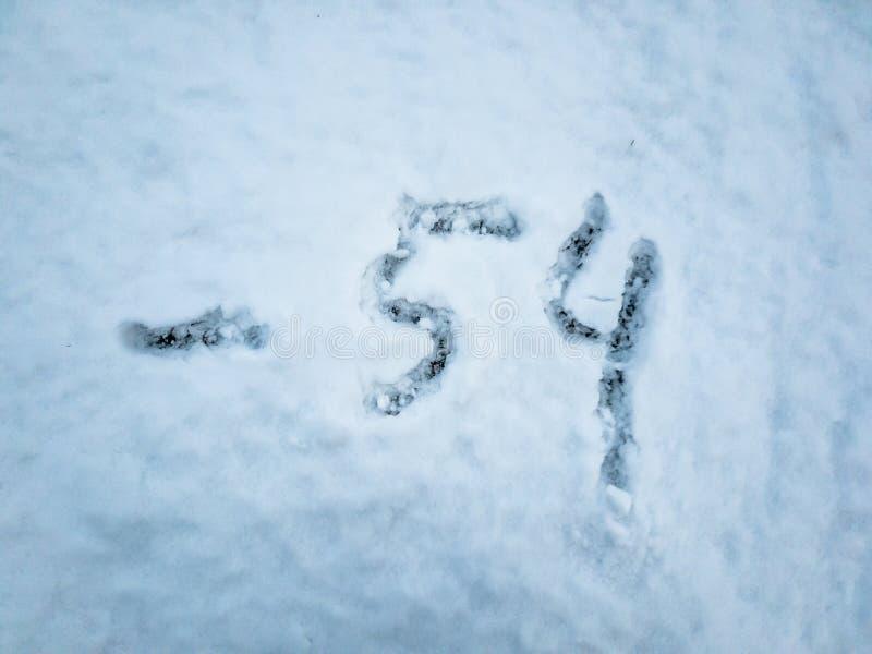 Temperatura de -54 escrito na neve recentemente caída imagem de stock royalty free