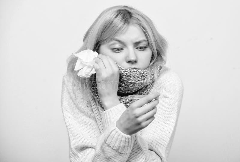 Temperatura de la medida Remedios de la fiebre de la rotura Concepto estacional de la gripe La mujer se siente mal C?mo derribar  imagen de archivo libre de regalías