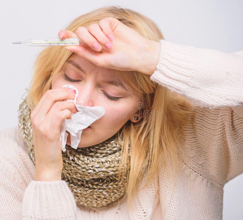 Temperatura de la medida Remedios de la fiebre de la rotura Concepto estacional de la gripe La mujer se siente mal S?ntomas y cau foto de archivo libre de regalías