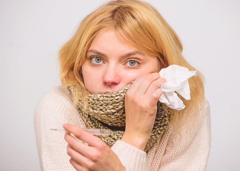 Temperatura di misura concetto di febbre Rimedi di febbre della rottura Sintomi di influenza di temperatura La donna ritiene male fotografie stock