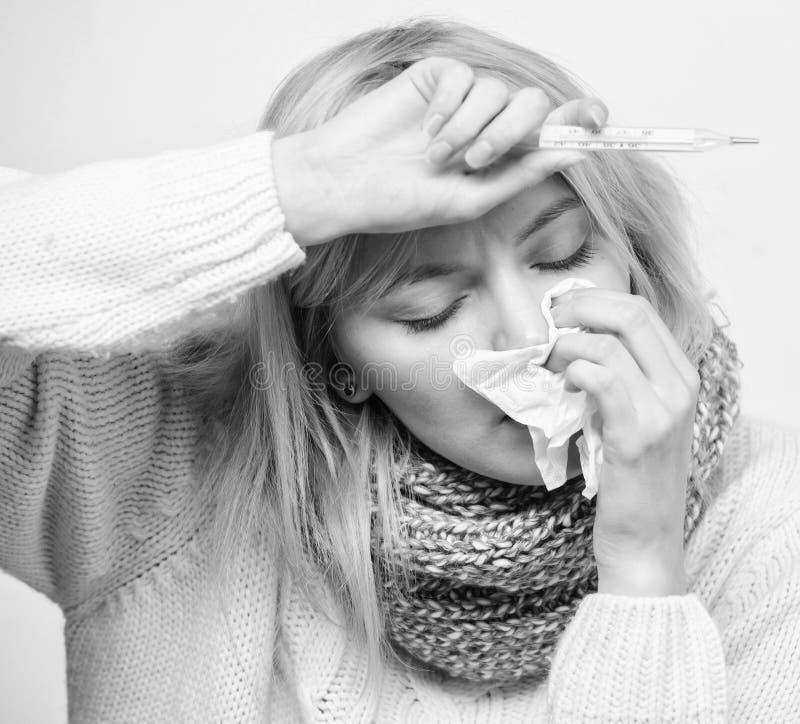 Temperatura di misura Rimedi di febbre della rottura Concetto stagionale di influenza La donna ritiene male Sintomi e cause di fe immagini stock libere da diritti