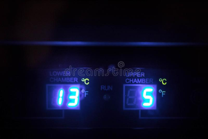 Temperatura digital de incandescência do refrigerador de vinho fotografia de stock royalty free