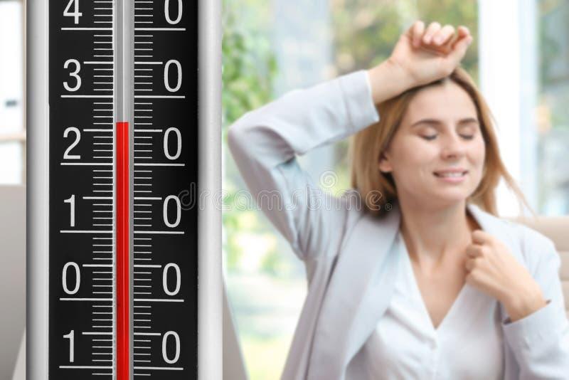 Temperatura elevata su sofferenza della donna e del termometro dal calore immagine stock libera da diritti
