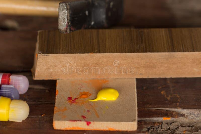 Temperaverf op stuk van hout stock afbeeldingen