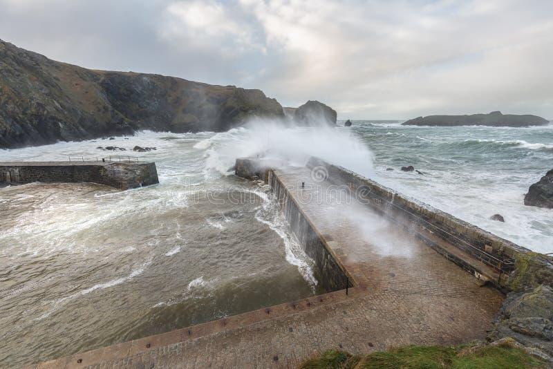 Tempesta atlantica, baia del montante, Cornovaglia fotografia stock