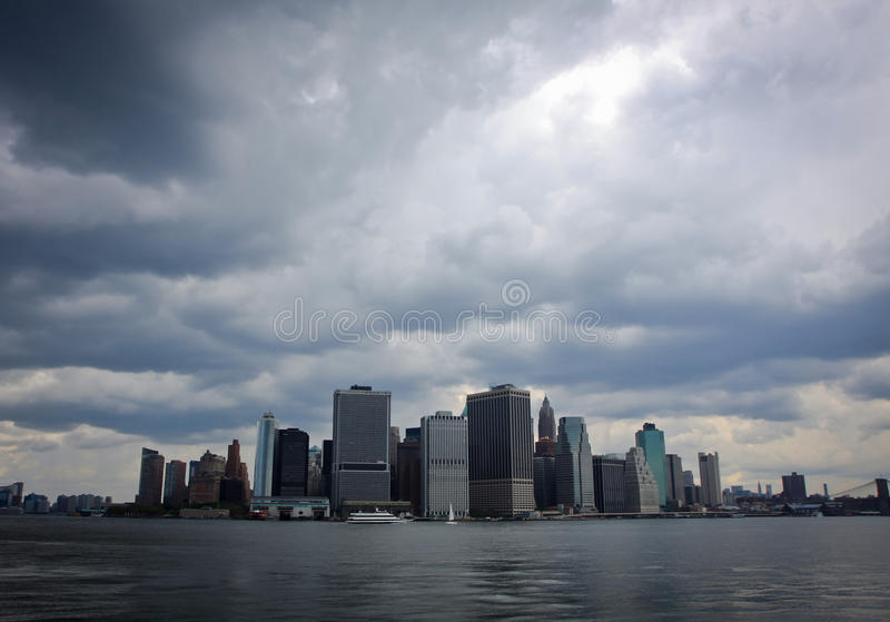 Tempesta che viene sopra Mahattan, New York City fotografie stock