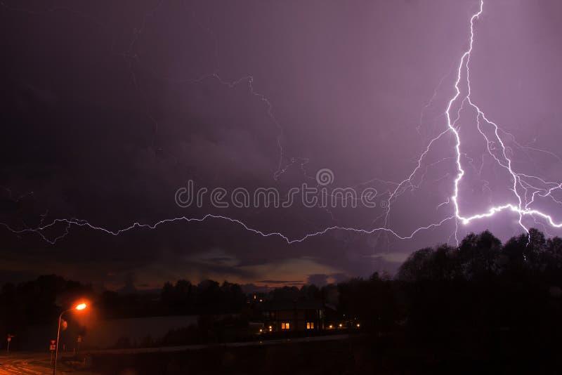 Tempesta con lampo immagini stock
