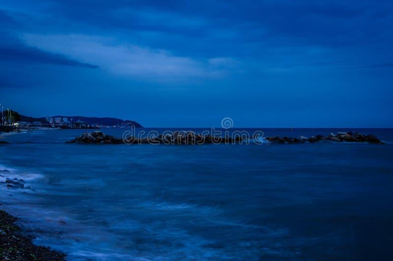 Tempesta d'avvicinamento con atmosfera blu lunatica fotografia stock