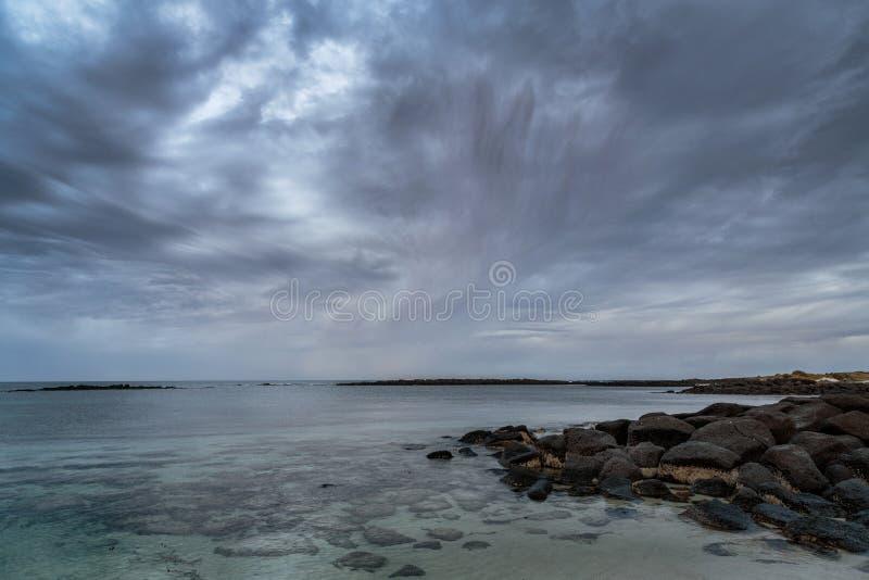 Tempesta d'avvicinamento nel primo mattino al fatato del porto, Victoria, grande oceano strada dell'Australia, Victoria, Australi fotografia stock libera da diritti