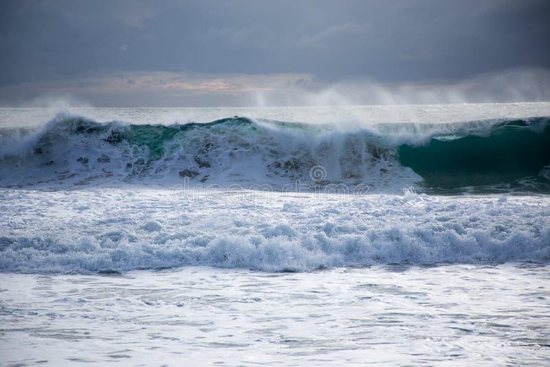 Tempesta del mare con le grandi onde immagine stock libera da diritti