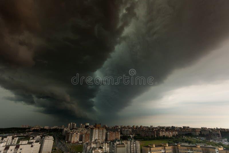 Tempesta del Supercell sopra la città fotografia stock