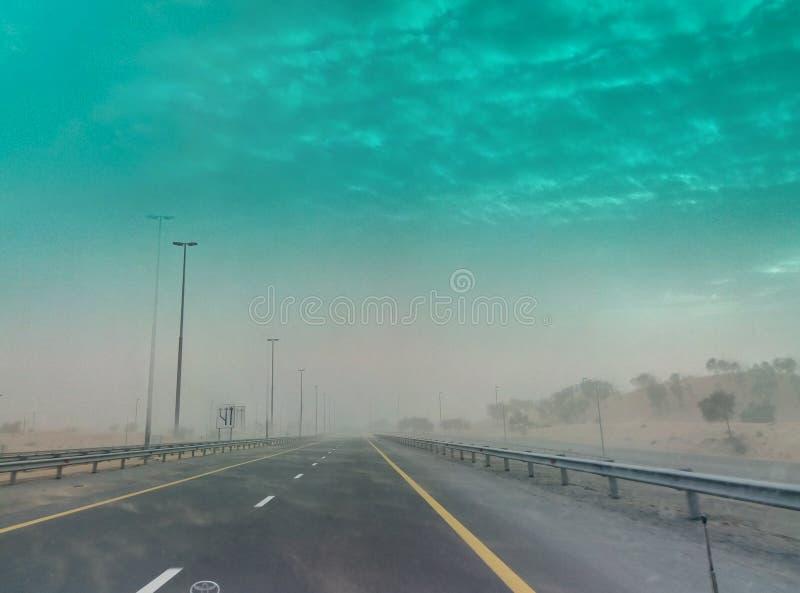 Tempesta di deserto dell'Oman della strada fotografie stock
