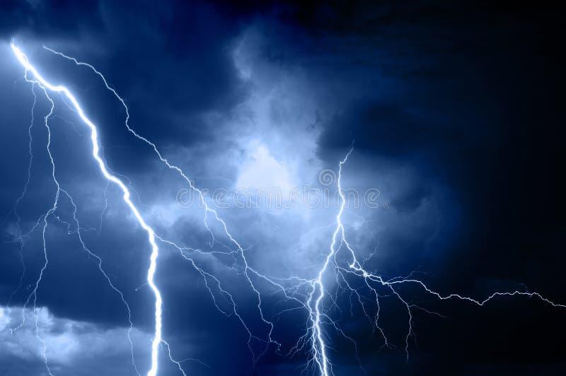 Tempesta di estate che porta tuono, i fulmini e pioggia immagini stock