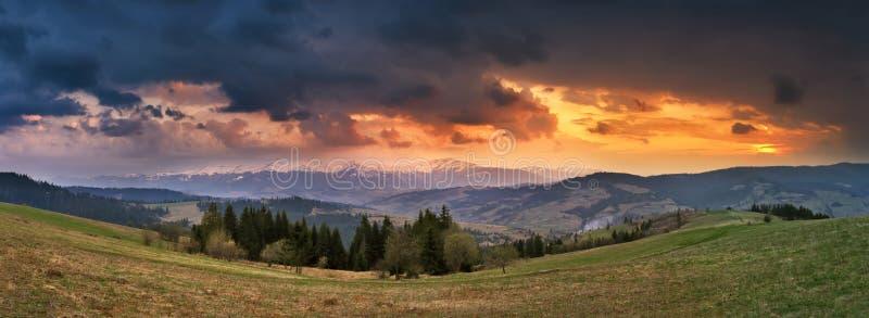 Tempesta e tramonto di aprile in montagne Sera della primavera fotografia stock