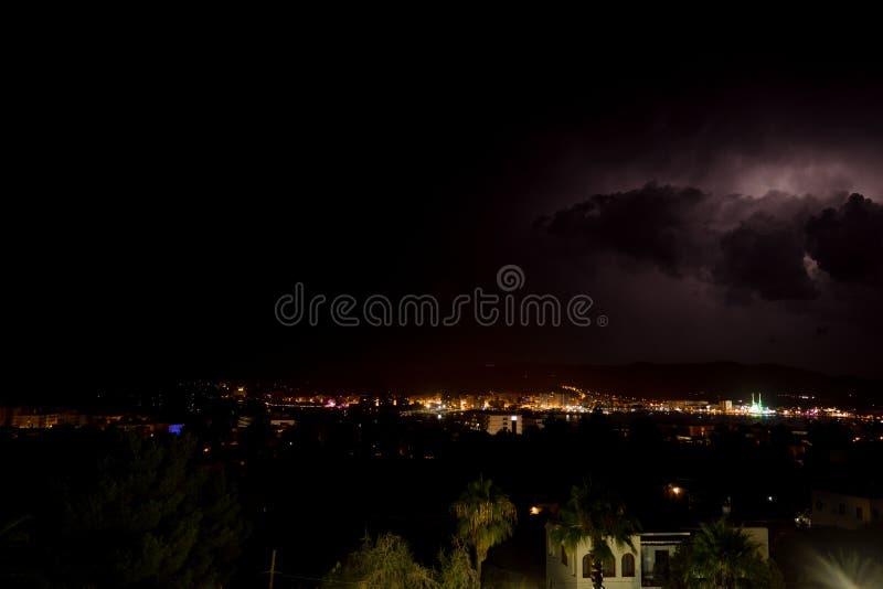 Tempesta elettrica sopra la baia del ibiza di San Antonio fotografie stock libere da diritti