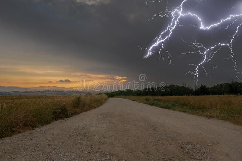 Tempesta elettrica sulla strada a Santiago fotografie stock