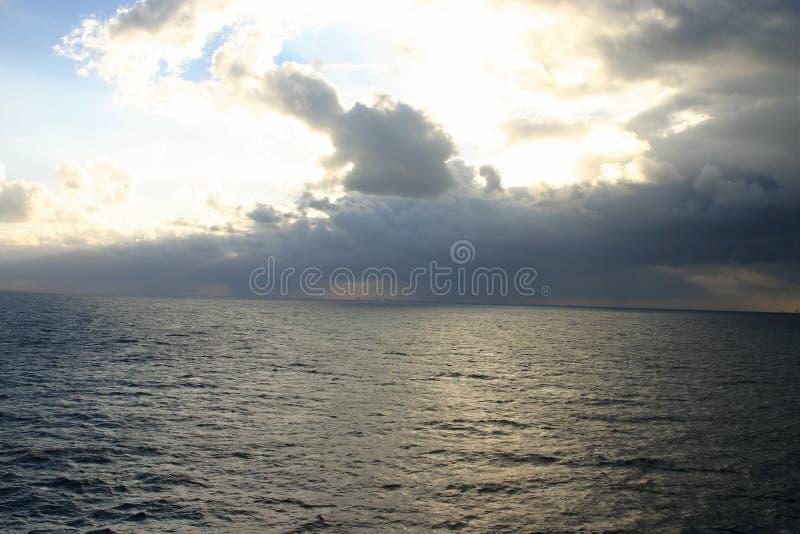 Download Tempesta in mare immagine stock. Immagine di thunderstorm - 3143297