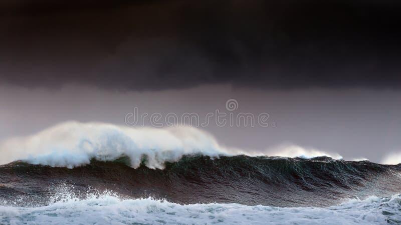 Tempesta nel mare con le grandi onde immagini stock libere da diritti
