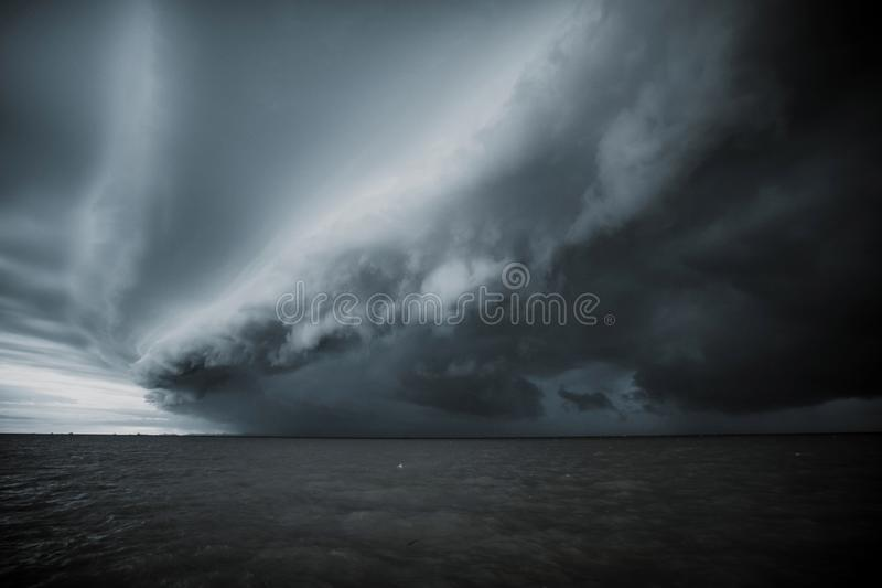 Tempesta nuvolosa nel mare prima della pioggia nuvola di tempeste di tornado sopra il mare Stagione dei monsoni Uragano Firenze fotografia stock libera da diritti
