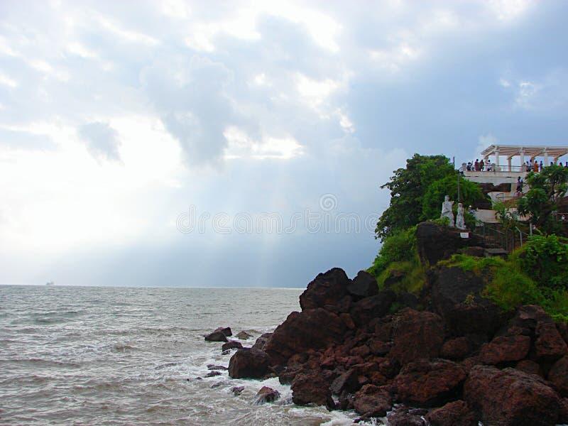 Tempesta nuvolosa sopra un oceano a Dona Paula, Panaji, Goa, India immagine stock libera da diritti