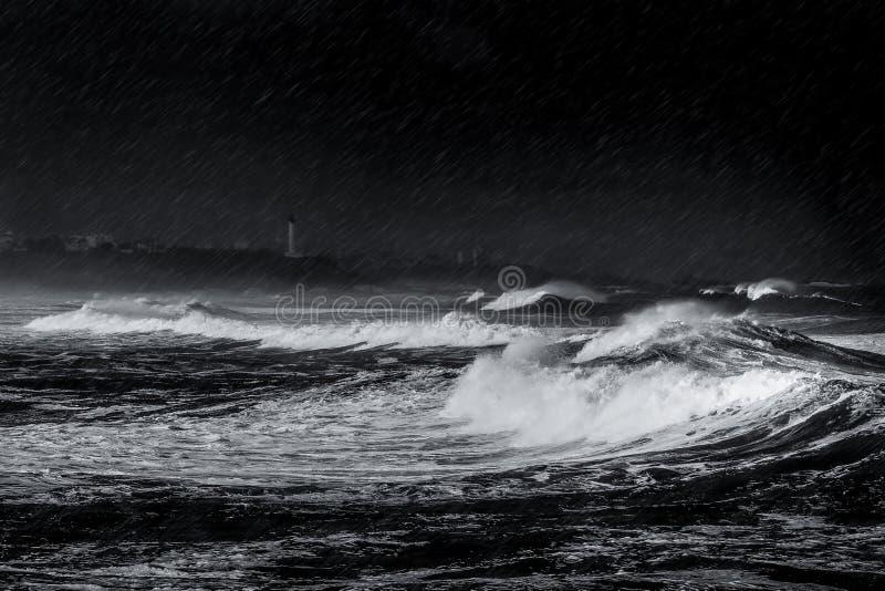Tempesta, pioggia ed onde sulla spiaggia immagine stock