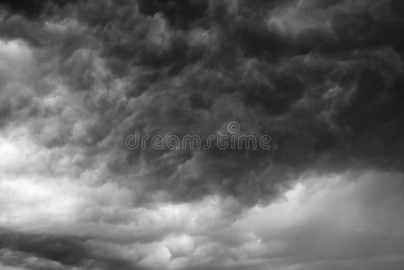 Tempesta scura delle nuvole fotografia stock
