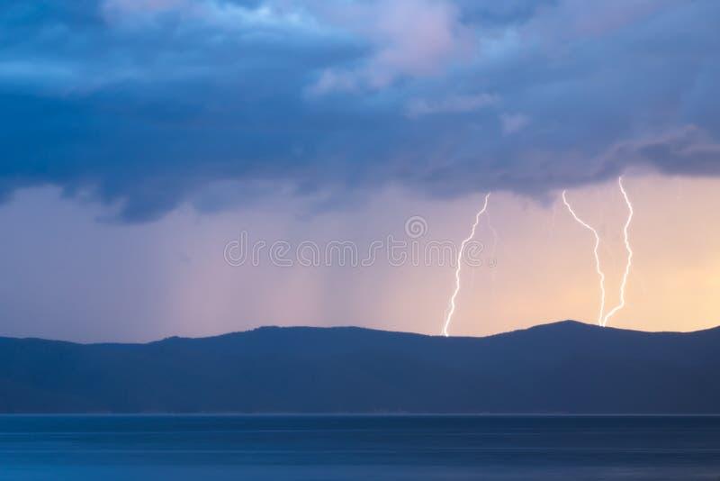 Tempesta sopra il fiume Enisej alla Siberia fotografie stock libere da diritti