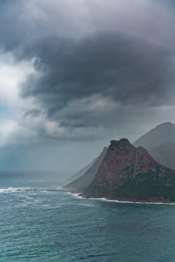 Tempesta sopra il picco di montagna a Cape Town Sudafrica fotografia stock libera da diritti