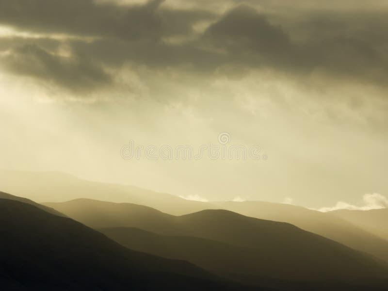 Tempesta sopra le montagne fotografie stock libere da diritti